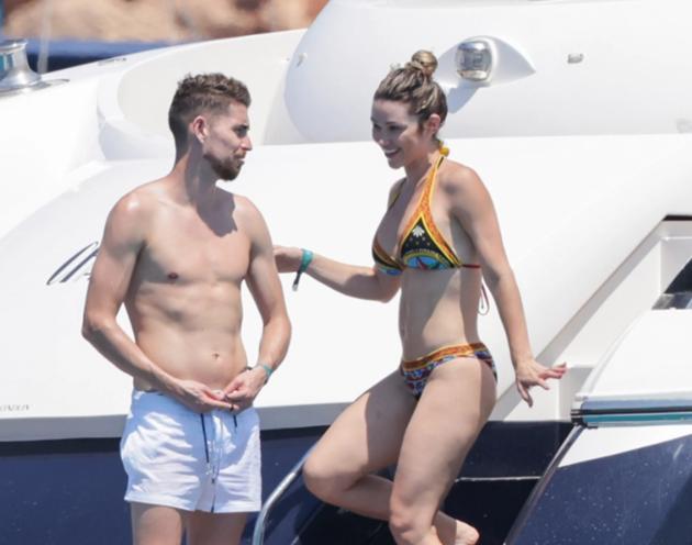Jorginho pulls girlfriend Catherine Harding into sea as Euro 2020 - Bóng Đá