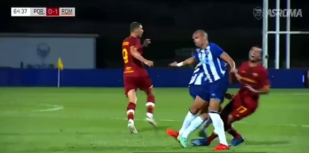Watch Pepe spark brawl in Porto's clash with Mourinho's Roma after clattering into ex-Man Utd and Arsenal ace Mkhitaryan - Bóng Đá