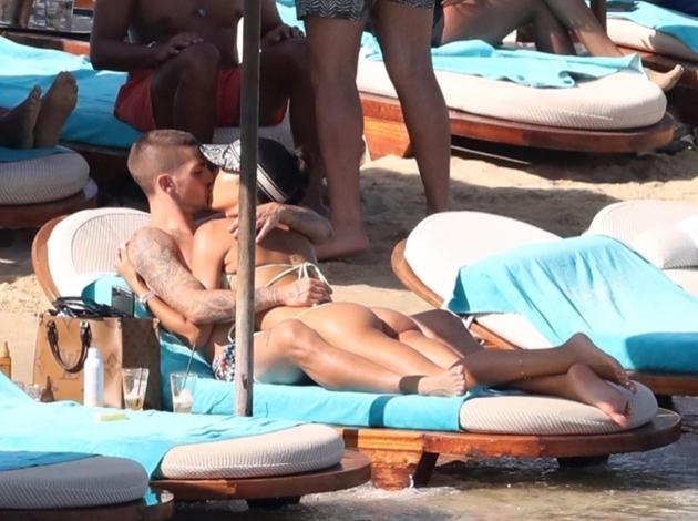 Marco Verratti kisses and cuddles model wife Jessica Aidi  - Bóng Đá