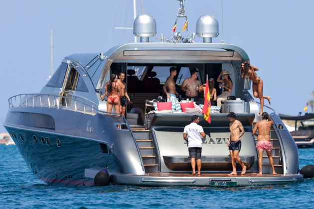 James Rodriguez appears to vape on boat in Ibiza - Bóng Đá
