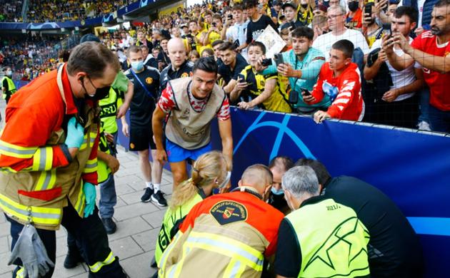 Cristiano Ronaldo KOs steward with shot during Man Utd warm-up - Bóng Đá
