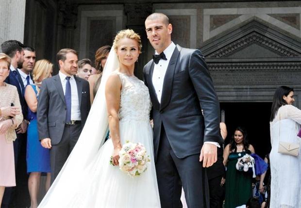 Âm thầm, Neuer chống nạng vào lễ đường cùng bạn gái - Bóng Đá