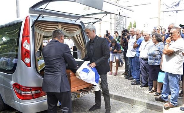 Mourinho đau xót tiễn cha đi về nơi yên nghỉ - Bóng Đá
