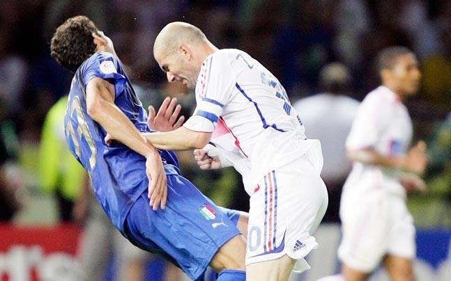 Ngày này năm xưa: Cú húc đầu tai tiếng của Zinedine Zidane - Bóng Đá