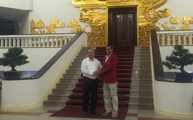 Các nhà vô địch SEA Games vinh dự nhận quà trực tiếp từ Thủ tướng Nguyễn Xuân Phúc - Bóng Đá