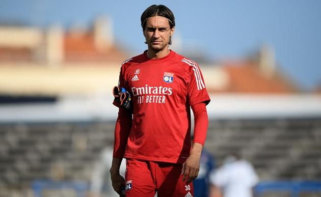 CHÍNH THỨC: Chia tay cựu sao Chelsea, AC Milan đón thủ môn của Lyon về thay thế