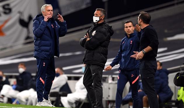 Chelsea: Con mèo nằm trong nôi cho Frank Lampard và Jose Mourinho - Bóng Đá