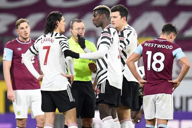 Biểu cảm khó đỡ của Martial khi Pogba chuẩn bị sút - Bóng Đá