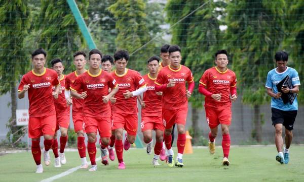 Báo Trung lo lắng; Các tuyển thủ vui vì được đá sân Mỹ Đình - Bóng Đá