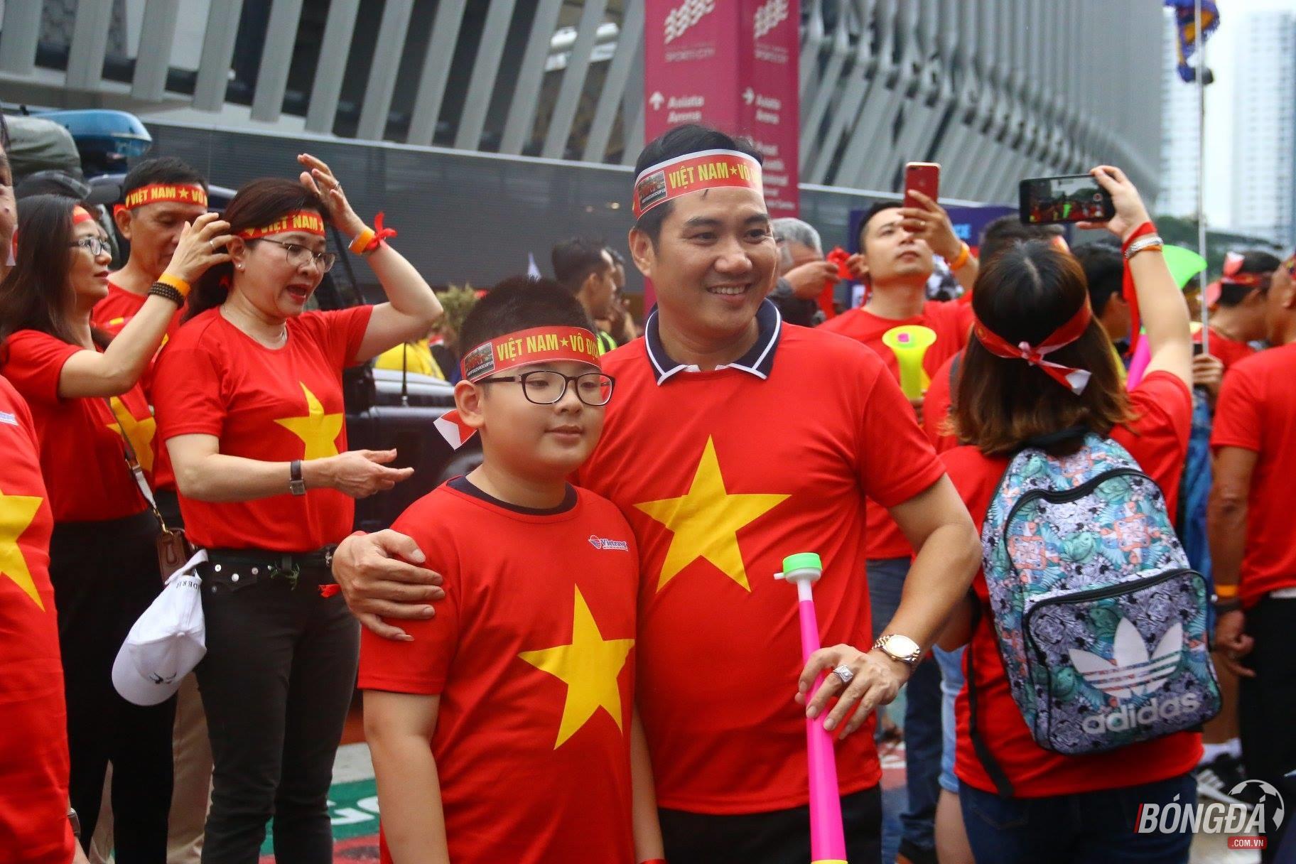CĐV Việt Nam tiếp lửa thầy trò Park Hang-seo