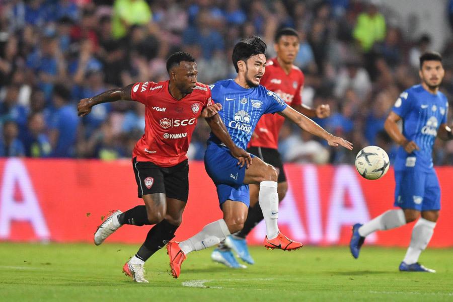 Văn Lâm mắc sai lầm nghiêm trọng, Muangthong United thua bẽ mặt Chonburi - Bóng Đá
