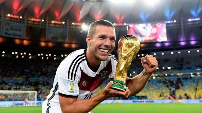 Lukas Podolski chơi khúc côn cầu - Bóng Đá