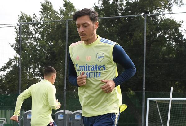 Ozil sẵn sàng từ bỏ tiền lương - Bóng Đá