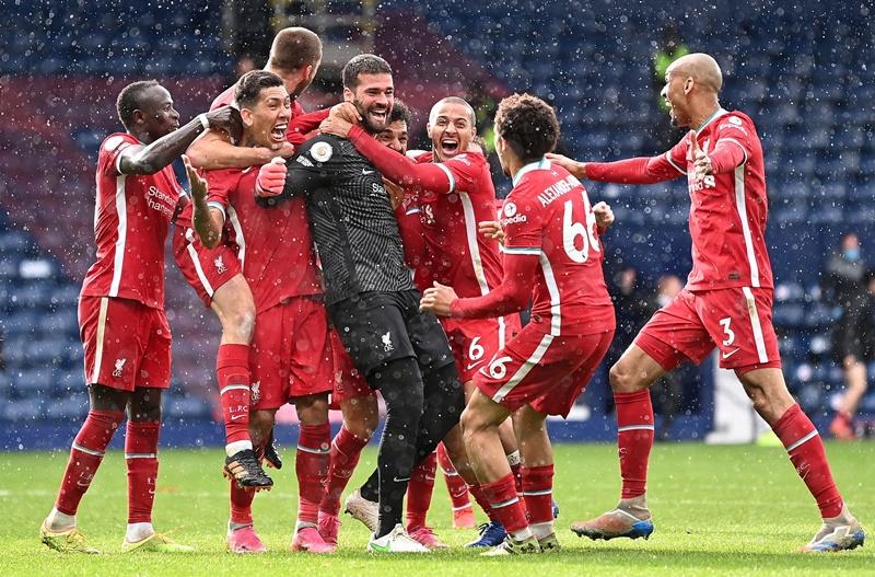 Liverpool fans fume at Gini Wijnaldum's reaction to Alisson Becker goal - Bóng Đá