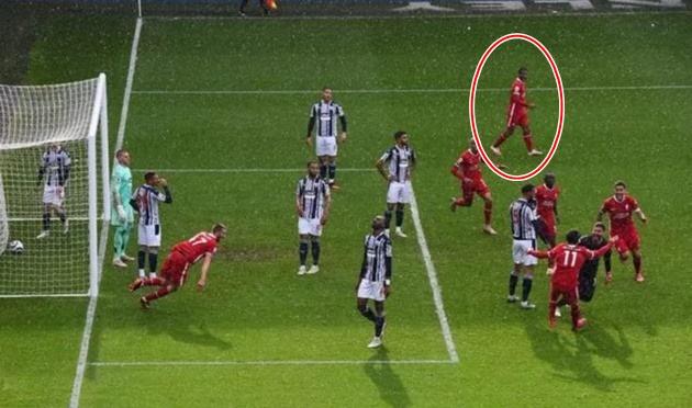 Fan Liverpool nổi giận vì 1 cầu thủ không ăn mừng bàn thắng của Alisson - Bóng Đá