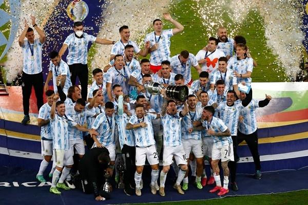 Ảnh Argentina nâng cúp - Bóng Đá