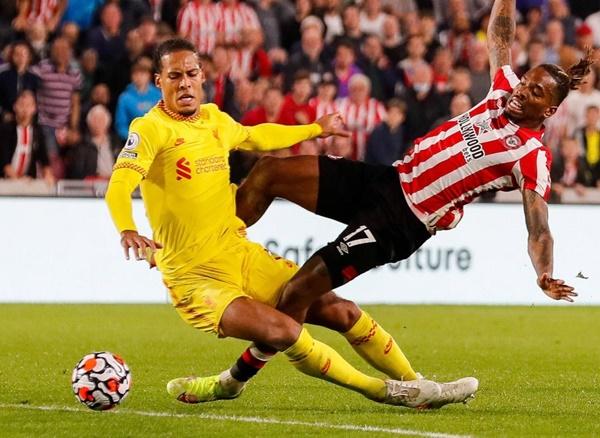 Commentator points out moment that left Van Dijk 'glaring' at Liverpool teammates - Bóng Đá