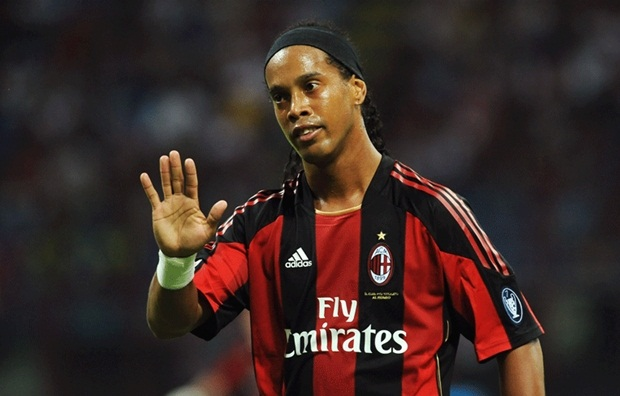 Dù thi đấu bất cứ ở nơi đâu Ronaldinho cũng luôn được yêu mến. Ảnh: Internet.