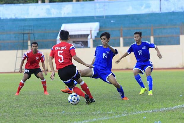 Các trận đấu tại vòng loại U21 QG Báo Thanh Niên 2015 rất khốc liệt. Ảnh: Internet.