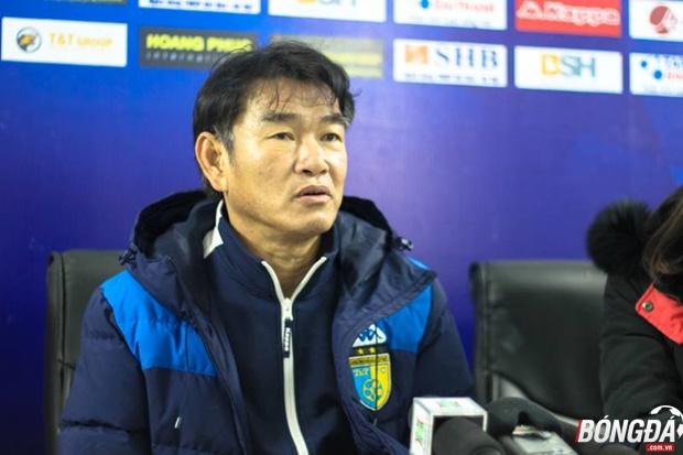 HLV Phan Thanh Hùng phát biểu sau trận đấu. Ảnh: Anh Thư