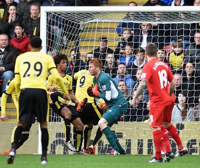 Ngay phút thứ ba thủ môn Adam Bogdan của Liverpool đã có pha bắt bóng lóng ngóng giúp Nathan Ake tận dụng mở tỷ số trận đấu. Ảnh: Internet.