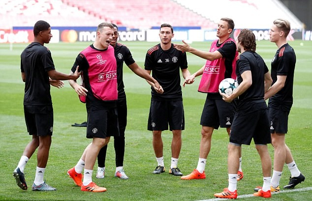 Sân tập Man Utd rộn tiếng cười - Bóng Đá