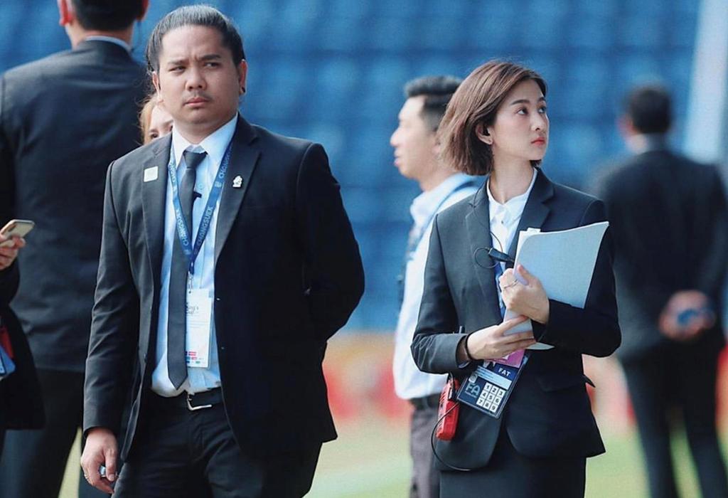 Nữ điều phối viên xinh ngất ngây của Thái Lan - Bóng Đá