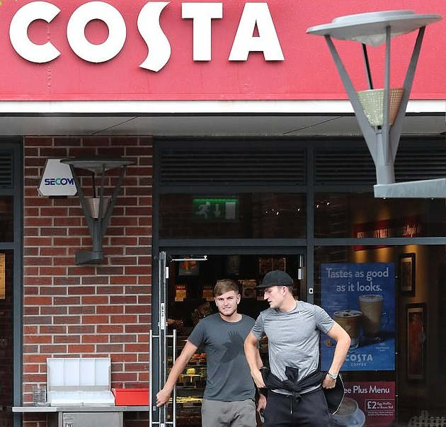 Manchester United's £80m signing Harry Maguire nips into Costa Coffee with his brother - Bóng Đá
