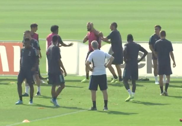 Gonzalo Higuain loses it in training, kicks coach before turning anger on hoarding - Bóng Đá