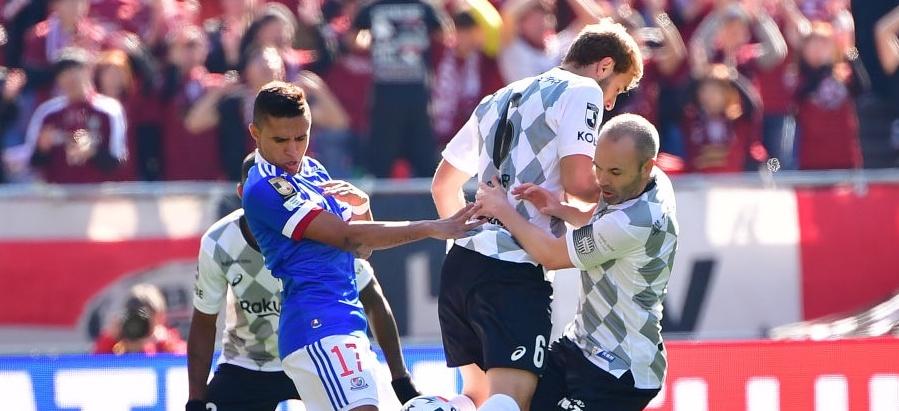 Quá điên rồ! Iniesta đoạt Siêu cúp trong trận cầu có 9 quả 11m hỏng ăn - Bóng Đá