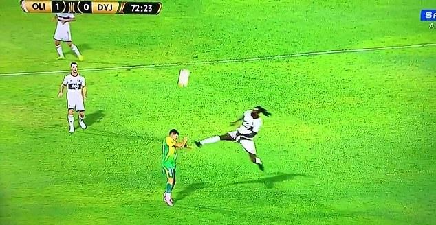 SỐC! Emmanuel Adebayor tung cước đạp thẳng mặt đối thủ - Bóng Đá