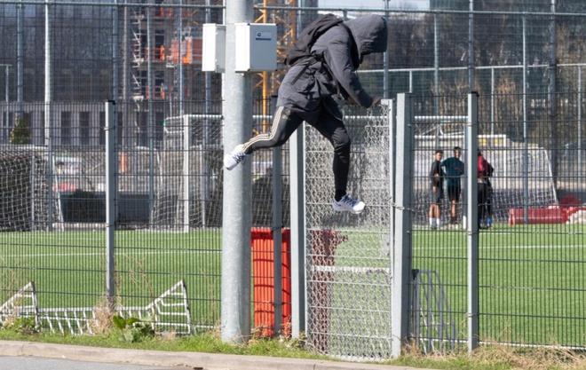 CHOÁNG! Bị nhốt trong sân tập, sao Barca phải trèo rào ra ngoài - Bóng Đá