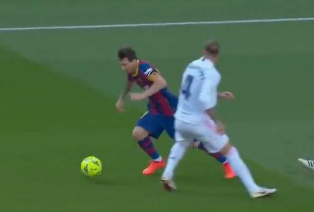 Tắc bóng ngược để đời, Ramos khiến Messi ngã chổng vó - Bóng Đá