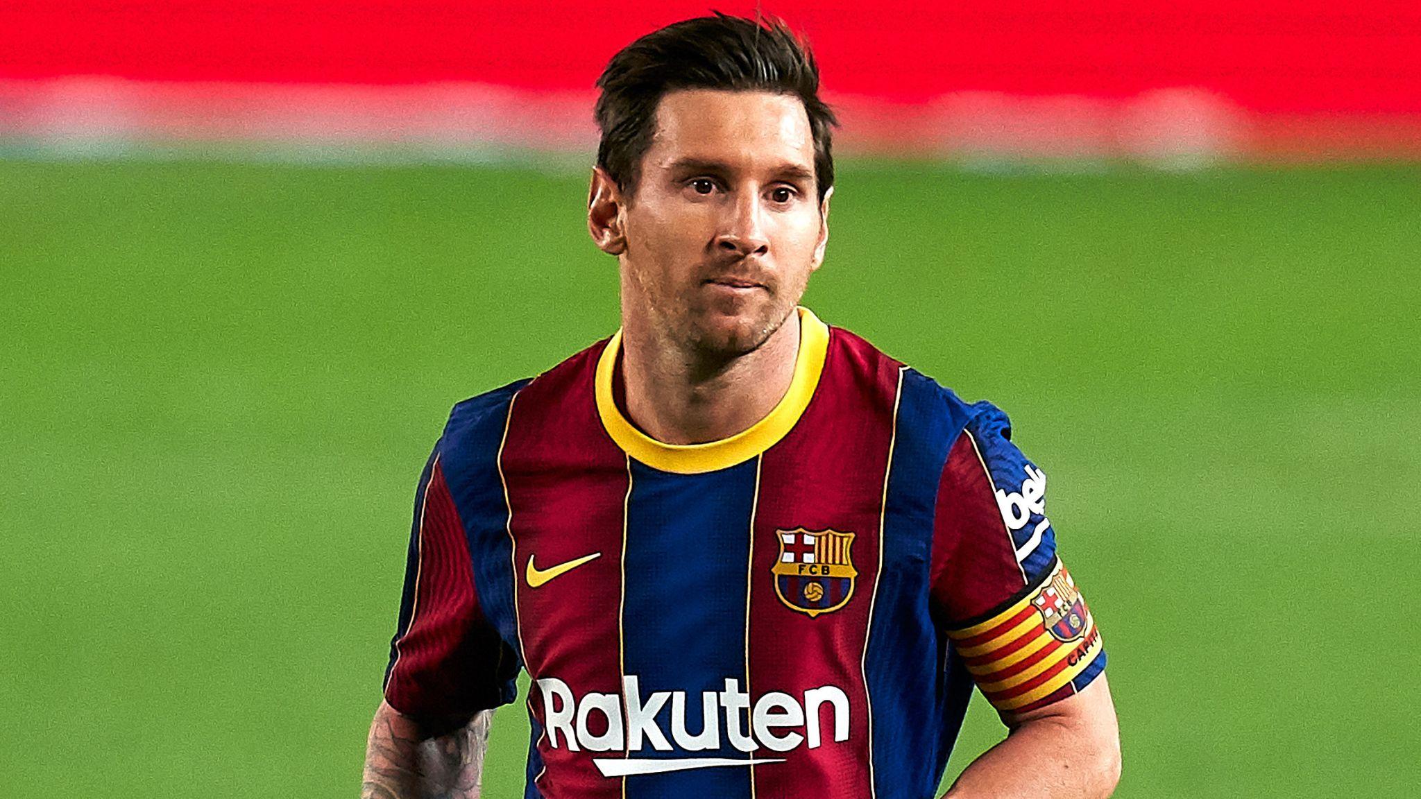 Lionel Messi ngồi ngoài trong buổi tập của Barcelona   Bóng Đá