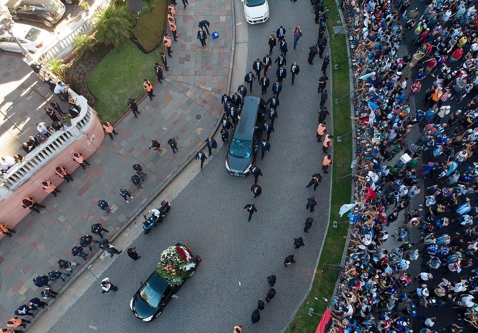 Hàng nghìn người xếp hàng dài tiễn đưa Diego Maradona về nơi an nghỉ cuối cùng - Bóng Đá