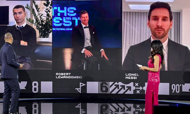 Cristiano Ronaldo's ice-cold reaction to Robert Lewandowski winning FIFA's Best Men's Player of the Year award - Bóng Đá