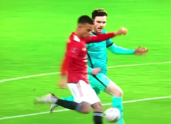 CHOÁNG! Bị đối thủ hét hù dọa, Mason Greenwood vẫn sút cháy lưới Liverpool - Bóng Đá