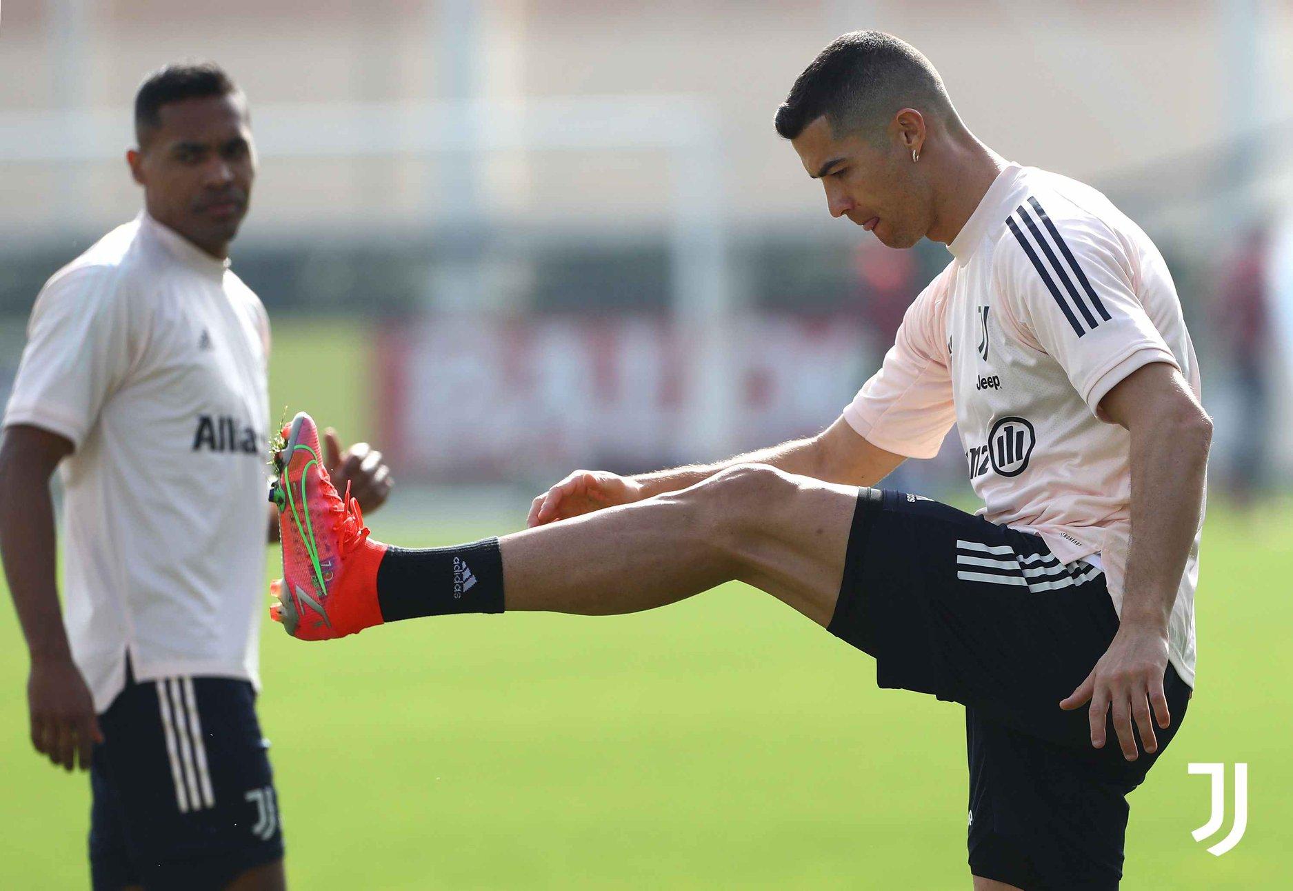 Ronaldo cười tươi, cả đội Juve cật lực trên sân tập - Bóng Đá