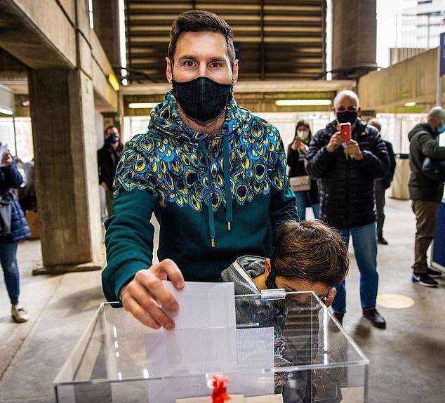 Lionel Messi tự tay bỏ phiếu bầu định đoạt tương lai Barcelona - Bóng Đá