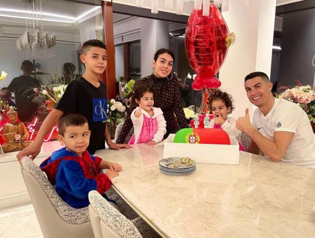 Bạn gái Ronaldo khoe vòng 3 với đồ bó sát gây nhức mắt - Bóng Đá