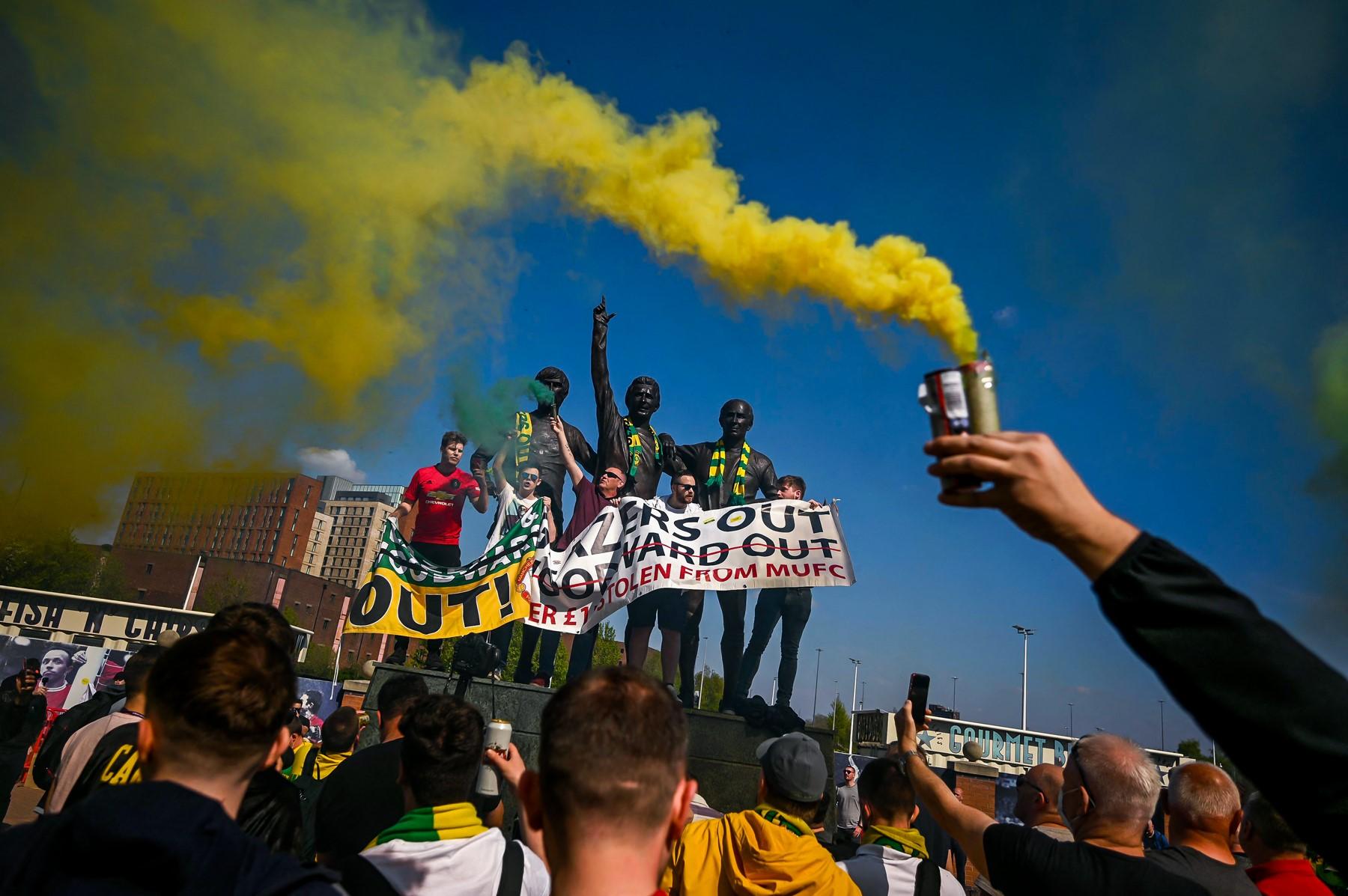 CHOÁNG! Hàng nghìn CĐV M.U biểu tình, làm loạn ngay tại Old Trafford - Bóng Đá