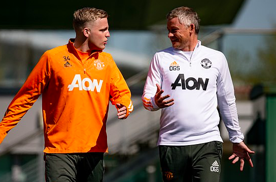 Manchester United 'will REJECT any offers for midfield flop Donny van de Beek this summer'  - Bóng Đá
