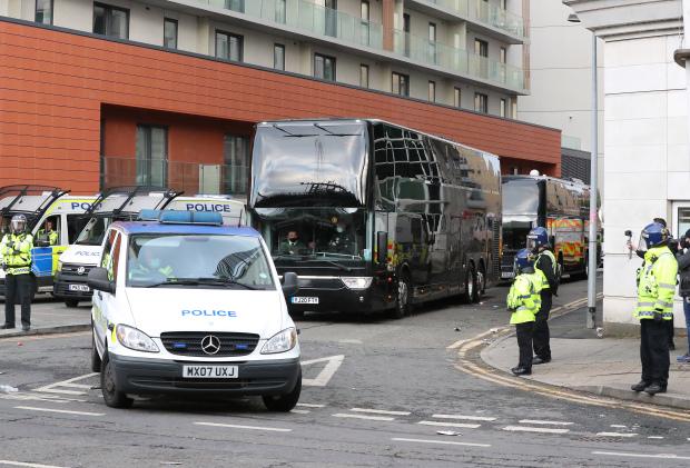 Cảnh sát phải hộ tống cả đội Man Utd rời khỏi nơi đóng quân - Bóng Đá