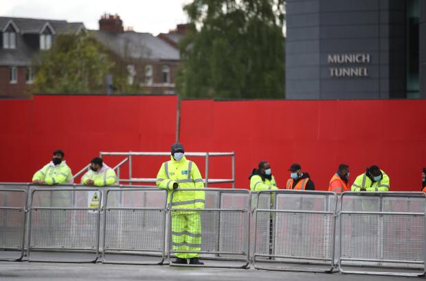 Hình ảnh điên rồ xuất hiện tại Old Trafford - Bóng Đá