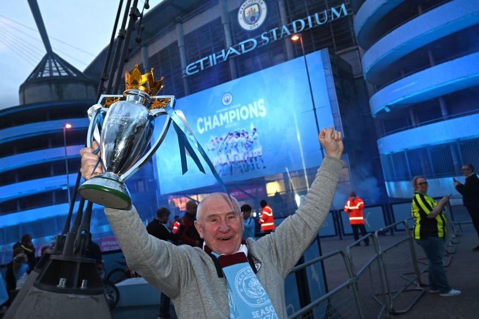 CĐV Man City tạo nên khung cảnh... phát chán khi ăn mừng chức vô địch - Bóng Đá