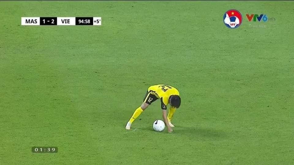 Cầu thủ Malaysia có pha gian lận không thấy ngượng - Bóng Đá