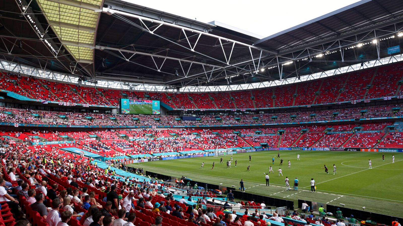 England fan in serious condition in hospital after fall from Wembley stands during Croatia game - Bóng Đá