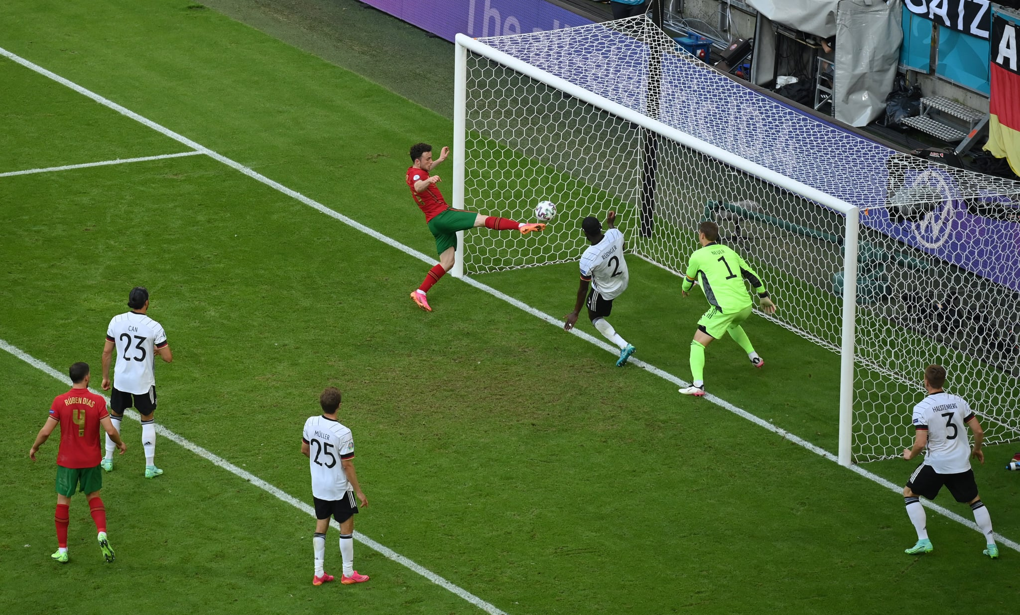 Ronaldo tạo cú lừa cho Rudiger, xử lý bóng kiểu 'no look' đẳng cấp - Bóng Đá