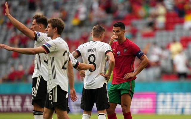 Ronaldo khoe cơ thể hoàn hảo thế nào? - Bóng Đá