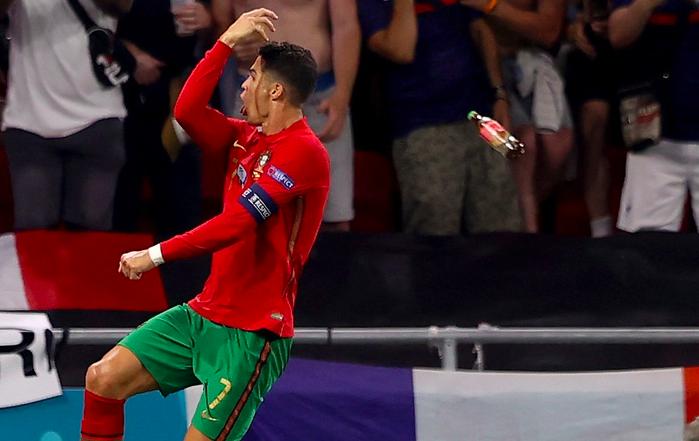 CĐV ném chai Coca-Cola về phía Ronaldo - Bóng Đá